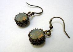 Un cabujón facetado opal de 8mm, en un engaste decorado color bronce