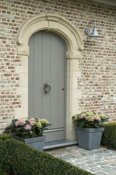 - Twee potten met hydrangea's aan de deur geven je bezoekers fleurige welkom. The Doors, Entrance Doors, Doorway, Windows And Doors, Front Doors, Door Entry, Entryway, Wood Exterior Door, Exterior Paint