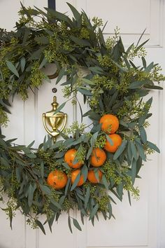 Greet your guests this fall with a beautiful fall wreath! Find ideas for simple, rustic and elegant fall wreaths and trendy farmhouse style fall wreaths. Decoration Christmas, Noel Christmas, Christmas Crafts, Xmas, Holiday Decor, Christmas Oranges, Diy Décoration, Easy Diy, Merry And Bright