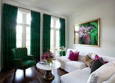 Изумрудные шторы в интерьере гостиной