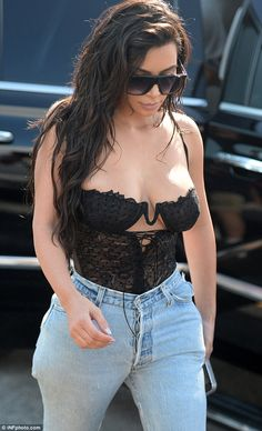 Whether you love her or you hate her, Kim Kardashian is one of the most famous faces on the planet. Explore 50 hot Kim Kardashian photos of the day. Kourtney Kardashian, Estilo Kardashian, Kardashian Family, Kardashian Photos, Kardashian Style, Kardashian Jenner, Kendall Jenner, Mode Outfits, Grunge Outfits