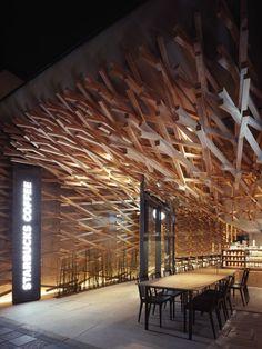 Decoração extravagante da Starbucks em Fukuoka, Japão. O projeto é do arquiteto Kengo Kuma.
