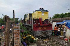 myanmar photos train   Myanmar Railways Train driving through a busy Market in Amarapura ...