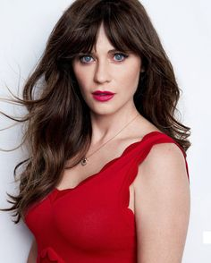 Zooey Deschanel Triple Threat - Singing, Acting or Dancing - Zoey Deschanel does it all. She is one of those multi-talented people that would have been at home back in the heyday of Hollywood. Zooey Deschanel Hair, Zooey Dechanel, Emily Deschanel, Beautiful Female Celebrities, Beautiful Actresses, Jessica Day, Haircuts With Bangs, Sexy, Makeup Looks