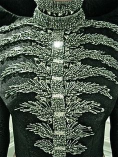 safety pins and studs that from afar look like a leafy ribcage Safety Pin Art, Safety Pin Crafts, Safety Pin Jewelry, Safety Pins, Fashion Details, Diy Fashion, Womens Fashion, Fashion Design, Michael Cinco Haute Couture