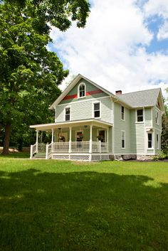 1000 images about exterior paint colors on pinterest for Traditional farmhouse style