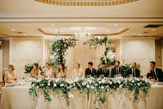 wedding party head table at reception Head Table Wedding Decorations, Bridal Party Tables, Head Table Decor, Wedding Table Settings, Head Tables, Sweetheart Table Backdrop, Head Table Backdrop, Wedding Set Up, Wedding Flowers