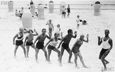 Kuracjusze podczas lekcji tańca na plaży, 1930, fot. Narodowe Archiwum Cyfrowe
