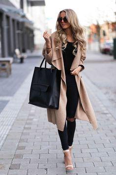Девушка в бежевом пальто с черной сумкой тоут