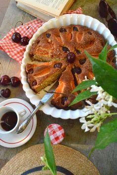 Breakfast lovers, questa ricetta è da non perdere perché la torta rustica con ciliegie e albicocche è perfetta una colazione estiva in giardino!