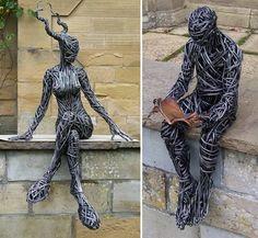 Draht Skulpturen - Sitzende Frau und Mann beim Lesen