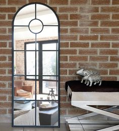 Stylowa sztuczka Lustro, które swoją formą przypomina okno sprawdzi się wszędzie tam, gdzie pokój jest mały i niedoświetlony.