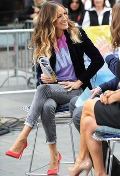 jeans barra dobrada + camiseta estampada + blazer preto + scarpin colorido