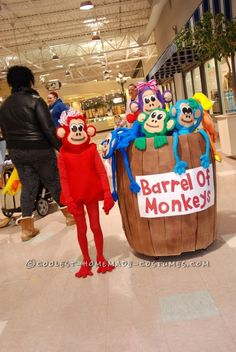 Awesome Barrel of Monkeys Homemade Costume: When I set out to make this Barrel of Monkeys costume, I wasn't sure how I was going to pull it. Monkey Costumes, Game Costumes, Diy Costumes, Costume Ideas, Toy Story Halloween Costume, Halloween Crafts, Halloween 2017, Halloween Ideas, Christmas Float Ideas