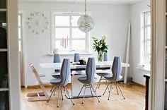 Spisebordet er fra Bo Concept hos Skeidar, stolene er «Date» fra Stokke Variér. Lampen er fra Living, klokken trolig fra Bohus. Idé: Luciana Thunem, Bergen. Foto: Nikita Solenov, BA/ANB
