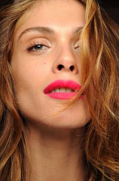 LE FASHION BLOG BEAUTY POST DVF DIANE VON FURSTENBERG SPRING SUMMER SS 2011 BRIGHT PINK  LIPSTICK BARE EYES BARELY THERE MASCARA THICK EYEBROWS BACKSTAGE BEAUTY LIP STICK COLOR PENCIL MATTE HOT PINK LIPSTICK ELISA SEDNAOUI