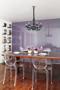 Amigo da proprietária deste apartamento no bairro dos Jardins, em São Paulo, o designer Leo Di Caprio sabia que ela gostava de lilás. Por isso, logo de cara, propôs revestir a parede da sala de jantar com vidro pintado nesse tom