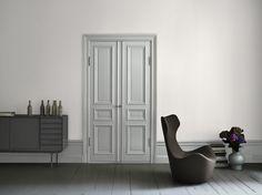 Se golvlist in action tillsammans med den fina dörren. Bör dock vara i vitt.