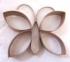 Mariposa hecha con rollos vacíos de papel.