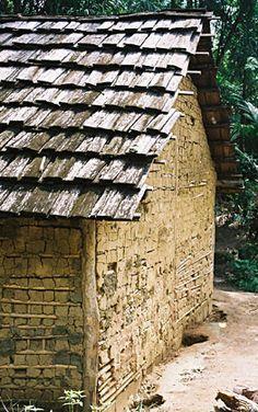 casa tradicional guarani com fechamento de pau-a-pique e taipa e cobertura de telhas de madeira tekoa paraty-mirim