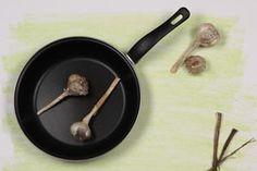 ***¿Cómo limpiar el Teflón?*** Las ollas y sartenes de teflón son perfectas para evitar que la comida se pegue. Pero también son muy delicadas ya que cualquier marca sobre su superficie hará que su función se vea deteriorada.....SIGUE LEYENDO EN...... http://comohacerpara.com/limpiar-el-teflon_470h.html