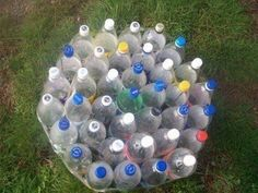 Плотно соедините бутылки между собой