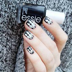 Black and white geometric nails