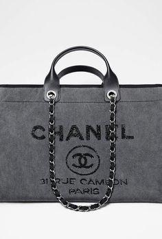 Grand sac shopping, toile, sequins & métal argenté-anthracite - CHANEL RTW pré-collection SS 2017 #Chanel #precollection2017 #SS17 | Visit espritdegabrielle.com - L'héritage de Coco Chanel #espritdegabrielle