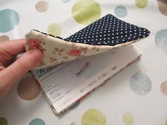 Tutorial: create your checkbook holder! & Ideas The post Tutorial: create your checkbook holder! & Ideas appeared first on All Photos Hande Akılsepeti. Coin Couture, Couture Sewing, Handmade Fabric Bags, Sewing Projects For Beginners, Diy Projects, Little Bag, Sewing Hacks, Sewing Diy, Gift Bags