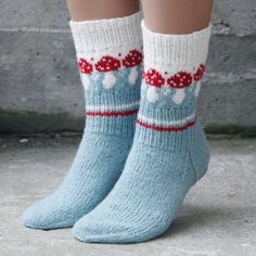 Knitting Patterns Funny Pack with recipe and yarn for a pair of socks with mushroom pattern. Knitting Blogs, Knitting Socks, Knitting Projects, Baby Knitting, Knit Socks, Crochet Bowl, Crochet Slippers, Knit Crochet, Crochet Motifs