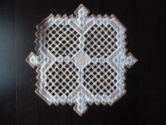 3 Hardanger-Deckchen Handarbeit (1) 43x35 und (2) 24x24 beige m. braun CB1045