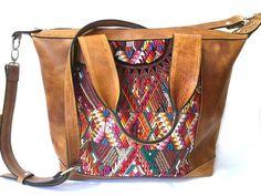 El día de lujo bolso es una bolsa versátil ideal como pañalera, bolsa de día y bolsa de viaje. Se trata de un bolso de uno de la misma clase, por encargo a mano de cuero de grano superior y un huipil tejido a mano de su elección, por talentosos artesanos en Guatemala 🇬🇹  Esta bolsa de características:  ✨ 100% cuero (disponible en diferentes colores) ✨ Su opción de huipil auténtico vintage, tejidos a mano, Guatemala (cada uno es único, por lo que no será lo mismo que las fotos) ✨ alineado…