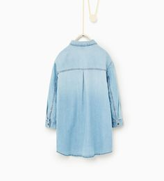 изображение 2 из Платье из денима со значками от Zara