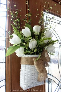 Spring Tulip Basket for your front door decor! Wreath Crafts, Diy Wreath, Door Wreaths, Wreath Ideas, Diy Crafts, Tulpen Arrangements, Floral Arrangements, Vasos Vintage, Decoration St Valentin