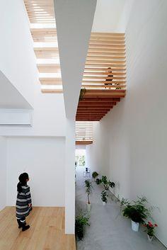 Katsutoshi Sasaki, architecte, a construit une maison individuelle sur une parcelle souvent à l'ombre de son immeuble voisin. Le jeu et la course entre l'ombre et la lumière ont guidé toute la conception du projet des premières esquisses j...
