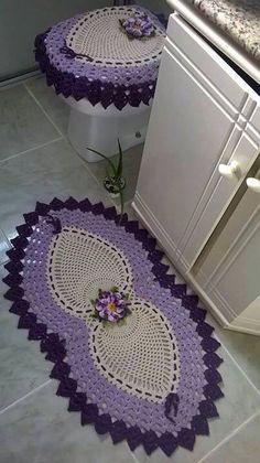 Tapetes banheiro Crochet Table Runner Pattern, Crochet Home, Bathroom Sets, Crochet Flowers, Table Runners, Decoration, Crochet Patterns, Kids Rugs, Creative