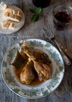 Sabores y Momentos | Pollo guisado con salsita para mojar pan!  En olla rápida, reogamos la cebolla y el puerro junto con ajo y sacamos y trituramos (ese es el truco :-)) reogamos el pollo y junto con todo lo demás cocinamos 8 minutos.