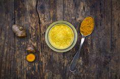 Golden Milk wird oft auch als Turmeric oder Kurkuma-Latte bekannt. Was wie eine ausgefallene Hipster-Kreation klingt, hat in Wahrheit eine jahrhundertealte Tradition. Wie man das ayurvedische Rezept zubereitet und warum es so gesund sein soll.