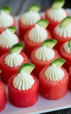 These look so DELICIOUS! This list of watermelon recipes has sweet desserts, savoury salads, and delicious snacks to enjoy with your fresh watermelon. Tapas, Fingers Food, Wedding Appetizers, Appetizers For Summer, Summer Appitizers, Watermelon Recipes, Watermelon Appetizer, Cut Watermelon, Watermelon Cupcakes