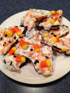 """Oreo Halloween Bark for the kids.FYI Almond Bark does NOT melt easily so add 1 tbs of Crisco at a time while melting for ability to """"drizzle"""" or use melted choc chips for easier option! Halloween Oreos, Halloween Snacks, Halloween Fun, Fall Snacks, Halloween Recipe, Halloween Office, Halloween Cupcakes, Halloween Season, Vintage Halloween"""