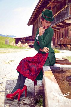 Limberry Alpenglühen Dirndl Grün mit roter Spitzenschürze #Tracht #Trachtenmode
