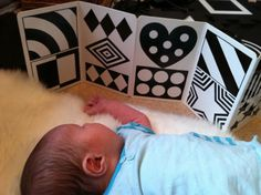 Через пару недель после рождения можно повесить первый мобиль на расстоянии 30 см. Мобиль Мунари, или черно-белые изображения, лучше развивают глаза ребенка, так как сначала он различает только эти цвета. Картинки можно разместить над пеленальным столиком или на шезлонге.