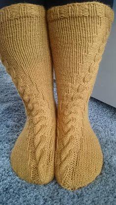 Mä rakastan palmikoita! Ne ovat yksinkertaisen kauniita ja mikä tahansa lanka näyttää yleensä hyvältä palmikko sukissa.  Itse rakastui... Knitted Slippers, Slipper Socks, Knitting Projects, Knitting Patterns, Knitting Ideas, Knitting Socks, Sock Shoes, Mittens, Knit Crochet