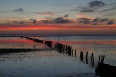 Rood en blauw op het Wad Amazing Photography, Art Photography, Watercolor Ocean, Beautiful Sky, Winter, Seaside, Places To Visit, Waves, Van