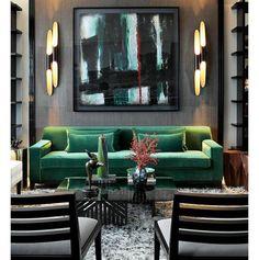 Ambiente sofisticado com ênfase para o cinza  das paredes e o verde do sofá. Tendências apontadas no último salão internacional do Móvel de Milão