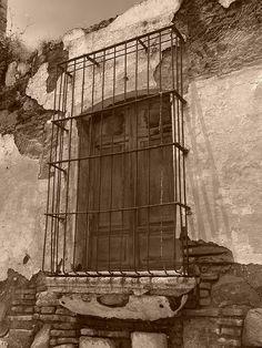 Ventana de una derruida casa colonial en Antigua Guatemala |