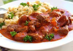 Hovězí paprikáš s klobásou a nočky New Menu, Gnocchi, Food Videos, Food And Drink, Cooking Recipes, Treats, Ethnic Recipes, Lasagna, Red Peppers