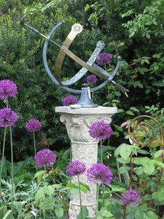 Gartendekorationen: Hier eine Sonnenuhr mit Sockel aus Steinguss. www.gartenbijoux.ch
