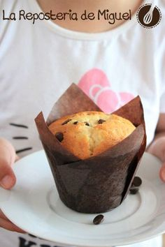 Yogurt Muffins with black chocolate chips. Recipe in Spanish with translation. Muffin Recipes, Cupcake Recipes, Dessert Recipes, Cookies Et Biscuits, Cake Cookies, Mini Cakes, Cupcake Cakes, Yogurt Muffins, Coffee Cake