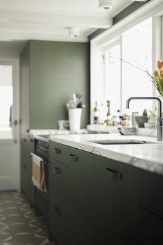 donker groen | stalen keuken | marmeren werkblad